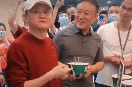 马云武汉吃热干面:6元一碗 竖大拇指点赞