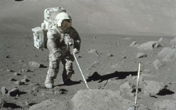 欧空局正在寻找能够抵抗破坏性月球尘埃的宇航服材料