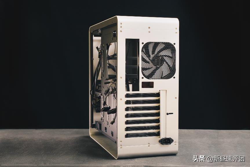 铝合金电脑机箱什么牌子的好(2020最火的乔思伯UMX4机箱)