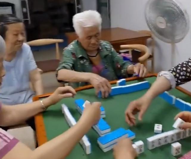 7旬儿子给打麻将的94岁妈妈送饭-网友直呼画面太温馨