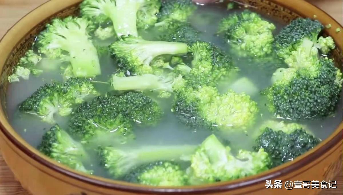 西兰花怎么炒才好吃,大厨教你正确做法,脆嫩入味,营养不流失
