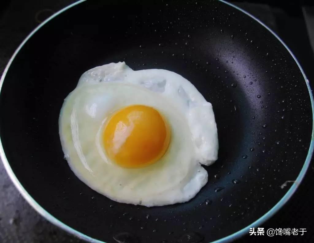 """煎荷包蛋,用""""凉油""""还是""""热油""""?不少人都弄错了,难怪老粘锅"""