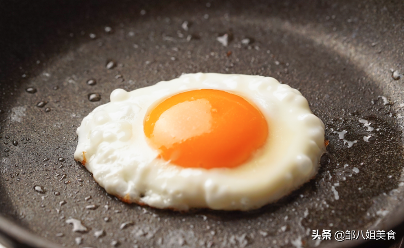 """煎荷包蛋有窍门,牢记""""2点"""",鸡蛋完整不散,一点不粘锅"""