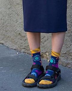 土掉渣的衣服竟然这么美!踩脚裤也能时尚,就看你怎么搭配