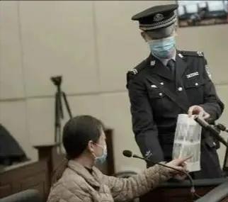 19岁爱上流氓,逃亡20年,劳荣枝是如何从小学老师走向女魔头的?