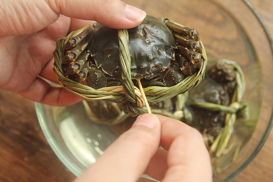 蒸螃蟹时,冷水蒸还是热水蒸?口感差别很大,难怪螃蟹流黄腥味重