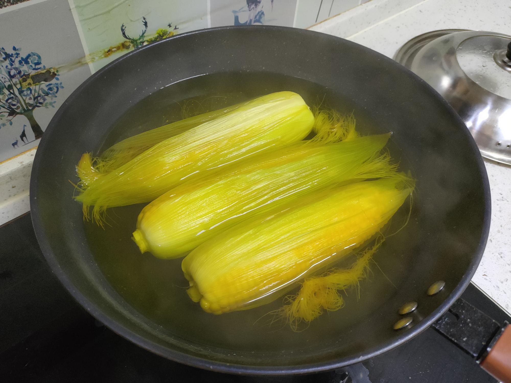 煮玉米切记不要直接下锅煮,记住三个技巧,玉米香甜软糯特好吃