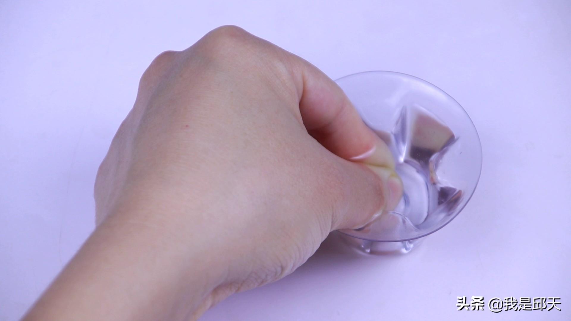 502胶水黏在手上怎么办?只需滴点它,揉搓几下就能去除掉